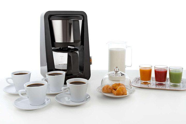 cafetiera cu cesti de cafea